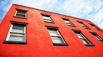 fachada edificio roja